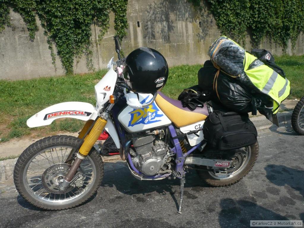 Na moto com a bundinha de fora