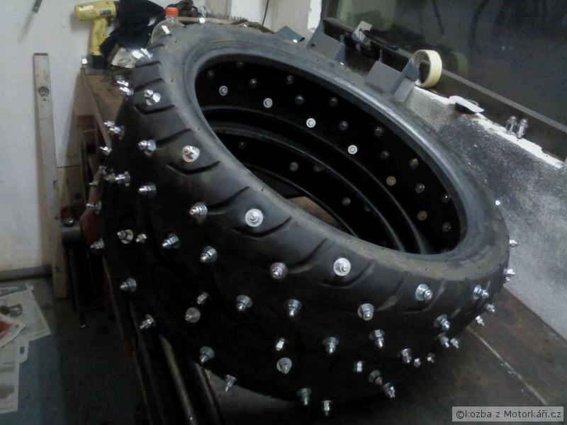 Pneu s hroty na moto